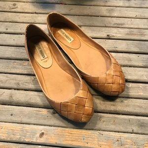 Steve Madden Tan leather basket weave Dover flat 8